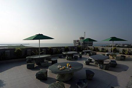 来到花莲,旅人可以在海边欣赏月景。