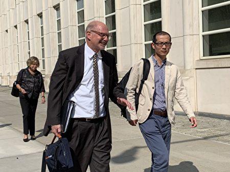 毛波和他的德州律師Richard Roper離開法庭。