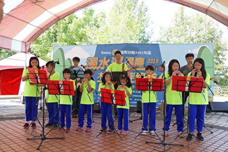 桶頭國小學生由校長王業帶領在舞台區參加表演活動。