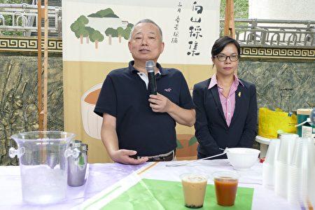 魚池鄉精品咖啡推手吳原炳(左)介紹魚池鄉紅茶進國宴的因緣和過程。