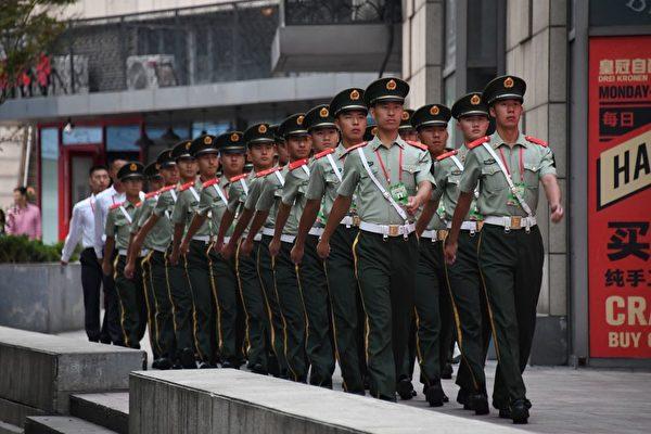 中共閱兵預演以來,一直擾民。圖為9月14日,北京街頭巡邏的警衛。(GREG BAKER/AFP/Getty Images)