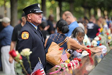周三(11 日)是911事件18周年, 在纽约的事发地,民众举行了纪念活动。