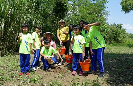 桶頭國小學生於表演後參與植樹活動。