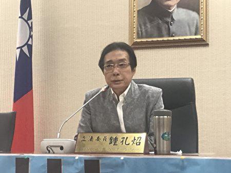 鍾孔炤認為,台灣戒護比為1:10,反觀日本、星國都不到1:6,事故風險、勤務壓力懸殊。