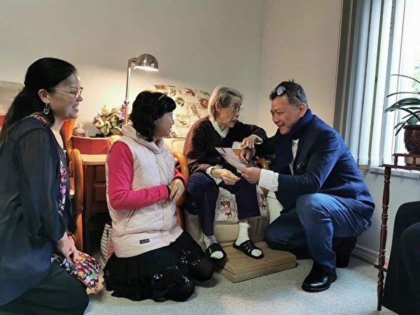 圖:沈中元副校長率眾前往素里探望百歲人瑞謝吳阿梅阿嬤,感謝老人家送出無數親手編織的圍巾祝福空大師生。(梁玉燕提供)