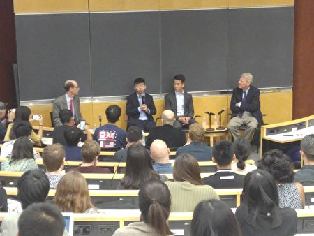 香港众志秘书长黄之锋(左二)与梁继平(右二)13日在哥大演讲。