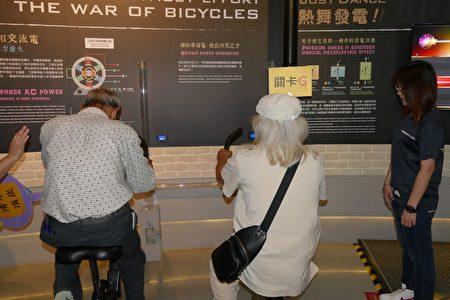 參加竹秀遠距照護「量測滿百」達標的長輩,參與腳踏車發電闖關活動。