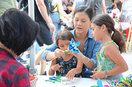 亲子家庭、大小朋友团聚在一起,动手做趣味工艺,是最温馨快乐的时光。(余天白/大纪元)