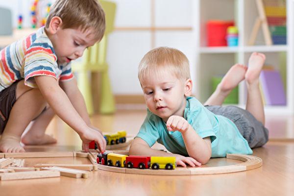 观察孩子玩耍 引导他们学会生活
