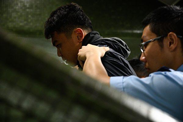 2019年9月2日,警察在乐富地铁站抓民众。(PHILIP FONG/AFP/Getty Images)