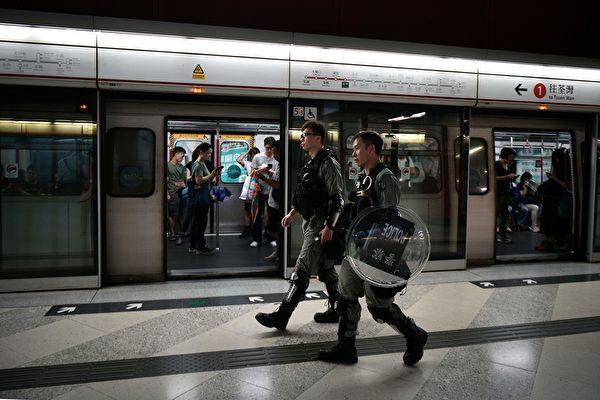 2019年9月2日,警察在荔景地铁站戒备。(ANTHONY WALLACE/AFP/Getty Images)