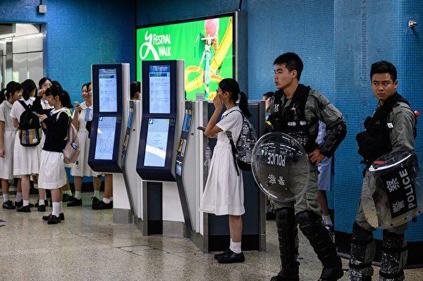 2019年9月2日,警察在九龙塘戒备,周围有香港中学生。(PHILIP FONG/AFP/Getty Images)