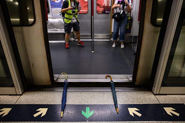 2019年9月2日,港人在港铁站发起不合作运动。图为民众使用雨伞阻挡车门关闭。(PHILIP FONG/AFP/Getty Images)