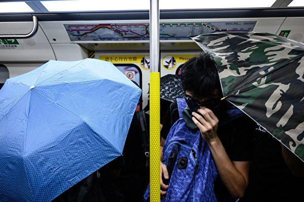 2019年9月2日,港人在港铁站发起不合作运动。图为民众在地铁车中撑伞阻挡。(PHILIP FONG/AFP/Getty Images)