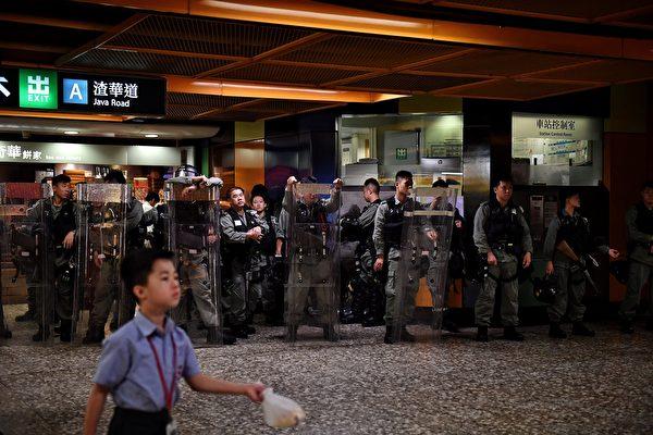 2019年9月2日,港铁东区北角渣华道车站现大批持长盾防暴警察。( LILLIAN SUWANRUMPHA/AFP/Getty Images)