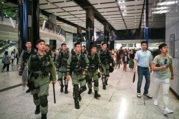 2019年9月7日,香港警察在港铁戒备。( ANTHONY WALLACE/AFP/Getty Images)