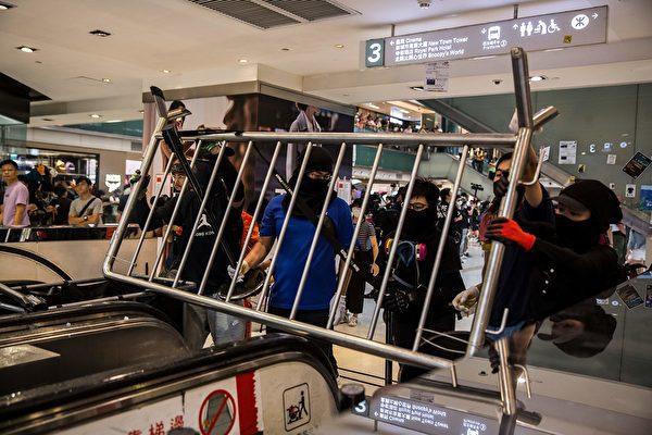 2019年9月22日,有抗争者以杂物堵塞扶手电梯。(ISAAC LAWRENCE/AFP/Getty Images)
