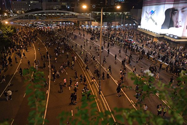 9月28日晚,金鐘夏愨道海富天橋處聚集的民眾佔據東西行車道。(NICOLAS ASFOURI/AFP/Getty Images)