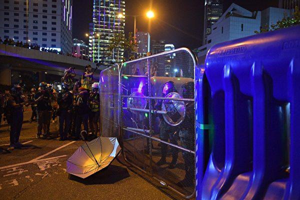 9月28日,有民眾在海富天橋處水馬外的鐵柵門位置抗議警方。(NICOLAS ASFOURI/AFP/Getty Images)