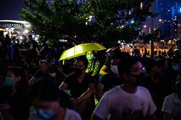 9月28日晚,大批民眾在添馬公園集會。(PHILIP FONG/AFP/Getty Images)