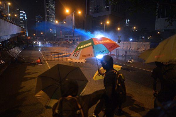 9月28日,港府總部內,警方多次噴射水炮車,並噴射出藍色液體。(NICOLAS ASFOURI/AFP/Getty Images)