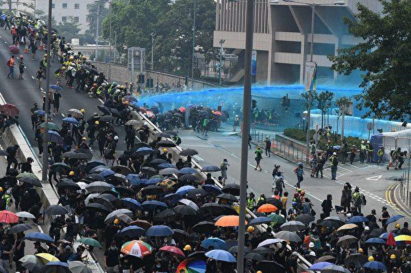 9月29日,添华道的水炮车不断发射蓝色水。(MOHD RASFAN/AFP/Getty Images)