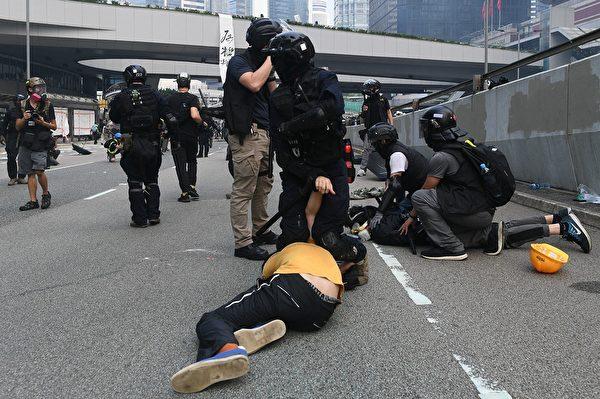 9月29日,港警在金钟疯狂抓人。(MOHD RASFAN/AFP/Getty Images)