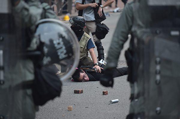 9月29日,港警疯狂抓人。(NICOLAS ASFOURI/AFP/Getty Images)