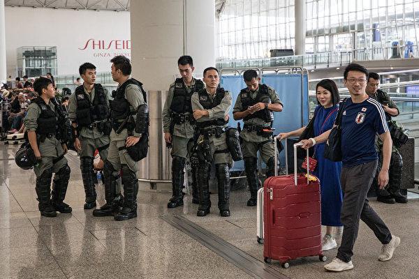 2019年9月7日,港警在香港国际机场入口处戒备。(Chris McGrath/Getty Images)