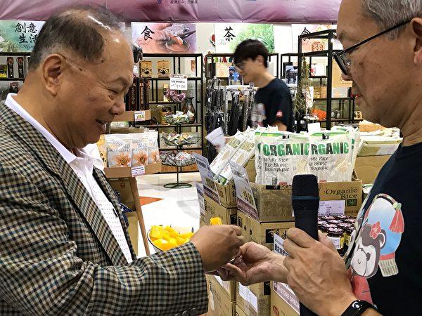 图:台湾文旦温哥华试吃促销活动大受欢迎。(邱晨/大纪元)