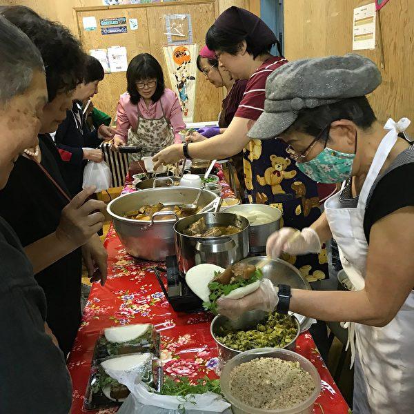 圖:溫哥華東寧書院舉辦30週年校慶,慶賀成功為留學生與移民搭橋30年。圖為現場攤位。(邱晨/大紀元)