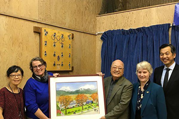 圖:溫哥華東寧書院舉辦30週年校慶,慶賀成功為留學生與移民搭橋30年。(邱晨/大紀元)