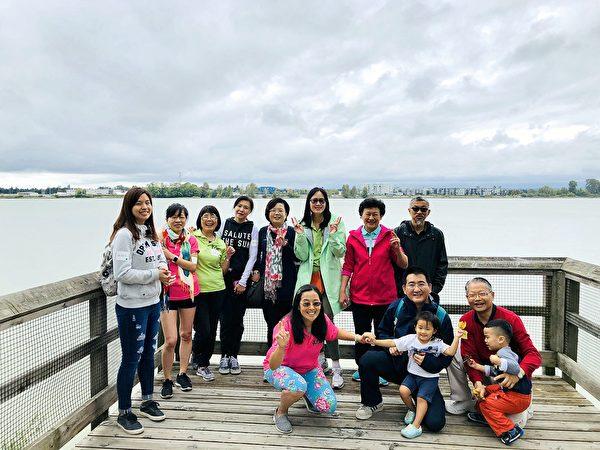 圖:駐溫哥華台北經濟文化辦事處副處長陳淑姿及校友們登高望遠慶中秋。(北一女校友會提供)