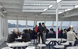 今年秋季开始, 卑诗渡轮(BC Ferries)乘客将有机会在往返温哥华和维多利亚之间的航行中享用啤酒和葡萄酒。图为BC Ferries上的乘客。(童宇/大纪元)
