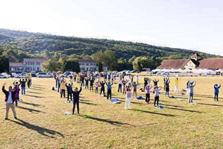 7日上午,紐約上州橙縣週邊的200多名中西方法輪功學員匯聚橙縣(Orange County)草坪,以集體大煉功的形式恭祝法輪功創始人李洪志師父傳統中秋節日快樂。(戴兵/大紀元)