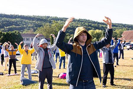 7日上午,紐約上州橙縣週邊的200多名中西方法輪功學員匯聚橙縣(Orange County)草坪,以集體大煉功的形式恭祝法輪功創始人李洪志師父傳統中秋節日快樂。來自美國的法輪功學員Jason Eaton。(戴兵/大紀元)
