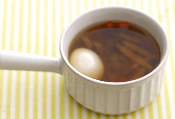 明目護眼雞蛋湯,包含水煮蛋、枸杞、龍眼、黃耆。(幸福文化提供)