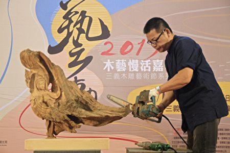 雕刻家李明道即席表演。