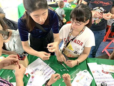 民眾由maker的帶領,體驗如何利用客家傳統手工藝的纏花技巧,製作時尚手機吊飾。
