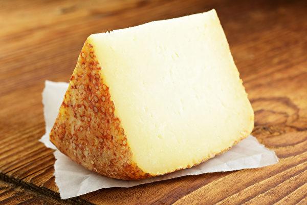 一些飲食習慣會加速鈣質流失,正確補鈣才能有效預防骨質疏鬆。(Shutterstock)