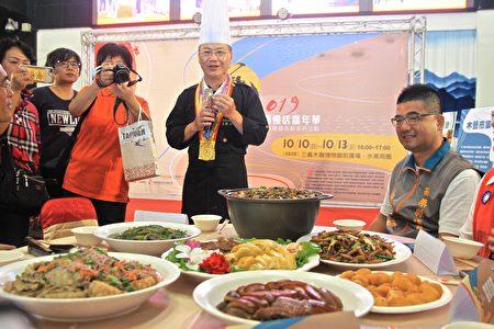 頂鮮主廚張憲章介紹藝術節的茶宴盛會以及客家美食。