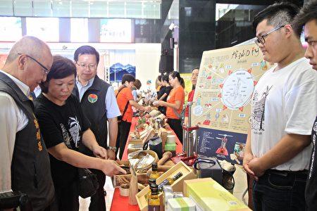 縣長徐耀昌聆聽16份的榨油、擂茶DIY過程體驗。