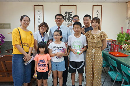 豐榮國國小校長李秉承(中戴眼鏡者)榮獲獲教育部師鐸獎,學生及家長親臨校長室致賀。