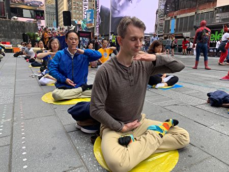 約百名中西法輪功學員在紐約著名景點——時代廣場煉功弘法,吸引世界各地遊客的目光。