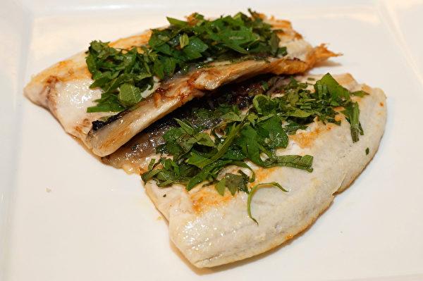 虱目魚吃法一:紫蘇香煎虱目魚。 (農委會漁業署提供)