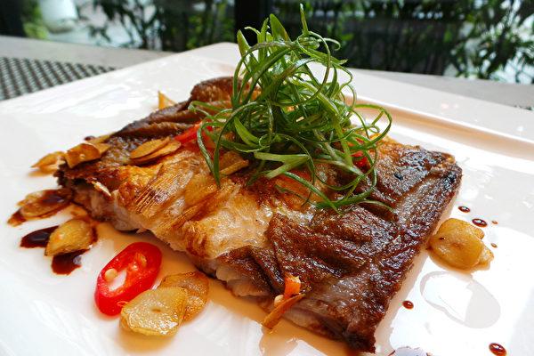 虱目魚吃法四:蒜香魚肚。 (農委會漁業署提供)