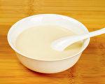 更年期时女性荷尔蒙激素减少,一些食物可以改善更年期症状。(Shutterstock)