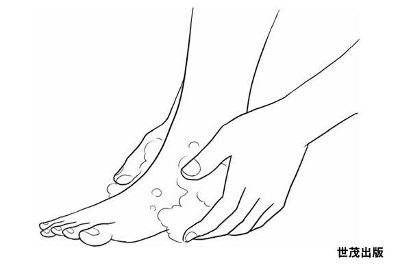 洗脚时,利用泡泡的压力充分洗净脚跟。(世茂出版提供)