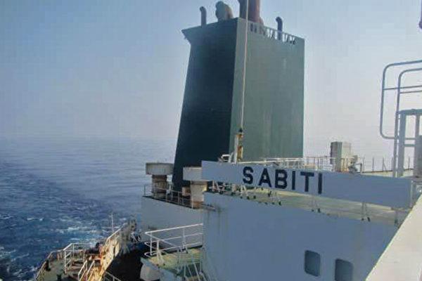 伊朗油轮沙特海岸被导弹击中 起火并漏油
