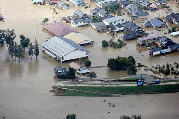 日本遭强台风袭击 33死177伤 列车泡水